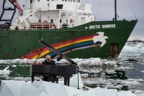ludovico-einaudi-performs-in-the-arctic-ocean-greenpeace-designboom-03